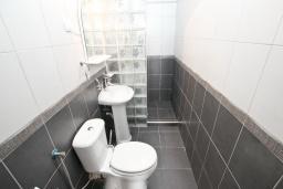 Ванная комната. Черногория, Рафаиловичи : Апартамент в Рафаиловичи с отдельной спальней, с балконом