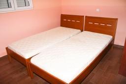 Спальня. Черногория, Рафаиловичи : Апартамент с отдельной спальней в Рафаиловичи в 100 метрах от