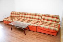 Гостиная. Черногория, Рафаиловичи : Апартамент с отдельной спальней в Рафаиловичи в 100 метрах от