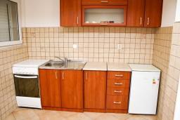 Кухня. Черногория, Рафаиловичи : Апартамент с отдельной спальней в Рафаиловичи в 100 метрах от