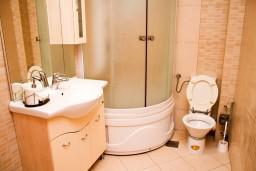 Ванная комната. Черногория, Рафаиловичи : Апартамент с отдельной спальней в Рафаиловичи в 100 метрах от