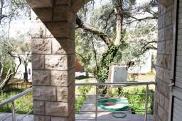 Балкон. Черногория, Рафаиловичи : Апартамент с отдельной спальней в Рафаиловичи в 100 метрах от
