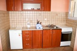Кухня. Черногория, Рафаиловичи : Апартамент с отдельной спальней, с балконом с видом на море