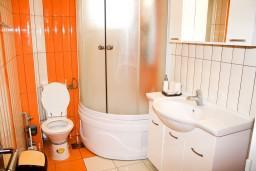 Ванная комната. Черногория, Рафаиловичи : Апартамент с отдельной спальней, с балконом с видом на море