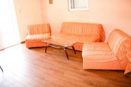 Гостиная. Черногория, Рафаиловичи : Апартамент с отдельной спальней, с балконом с видом на море