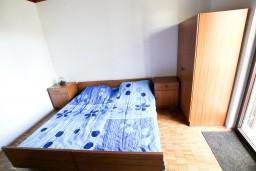 Спальня. Черногория, Бечичи : Второй этаж (с отдельным входом с улицы) небольшого двухэтажного домика окруженного зеленью пальм и экзотических деревьев в тихом районе Бечичи. 4 спальни, кухня, коридор, балкон, 300 метров до моря.