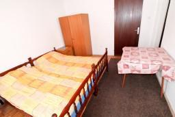Спальня 2. Черногория, Бечичи : Второй этаж (с отдельным входом с улицы) небольшого двухэтажного домика окруженного зеленью пальм и экзотических деревьев в тихом районе Бечичи. 4 спальни, кухня, коридор, балкон, 300 метров до моря.