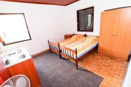 Спальня 3. Черногория, Бечичи : Второй этаж (с отдельным входом с улицы) небольшого двухэтажного домика окруженного зеленью пальм и экзотических деревьев в тихом районе Бечичи. 4 спальни, кухня, коридор, балкон, 300 метров до моря.