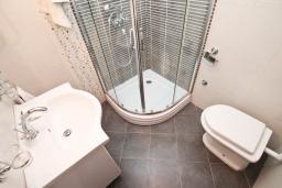 Ванная комната. Студия для 2 человек, с террасой, 100 метров до пляжа в Игало