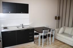 Кухня. Черногория, Игало : Апартамент с отдельной спальней, с балконом и видом на сад