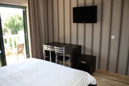 Спальня. Черногория, Игало : Апартамент с отдельной спальней, с балконом и видом на сад