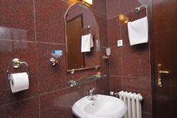 Ванная комната. Черногория, Бечичи : Апартамент с двумя спальнями в 250 метрах от моря