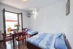 Спальня. Черногория, Бечичи : Апартамент с двумя спальнями в 250 метрах от моря