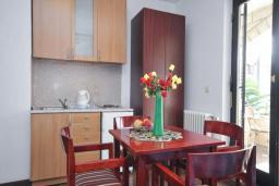 Кухня. Черногория, Бечичи : Апартамент с двумя спальнями в 250 метрах от моря