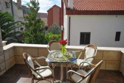 Балкон. Черногория, Бечичи : Апартамент с двумя спальнями в 250 метрах от моря
