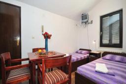Спальня. Черногория, Бечичи : Апартамент с двумя спальнями и балконом