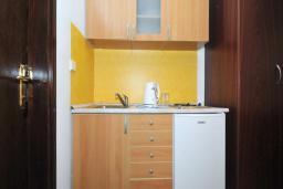 Кухня. Черногория, Бечичи : Апартамент с двумя спальнями и балконом