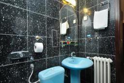 Ванная комната. Черногория, Бечичи : Апартамент с двумя спальнями и балконом