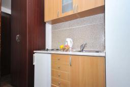 Кухня. Черногория, Бечичи : Апартамент с двумя спальнями в Бечичи в 250 метрах от моря