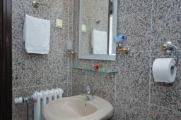 Ванная комната. Черногория, Бечичи : Апартамент с двумя спальнями в Бечичи в 250 метрах от моря