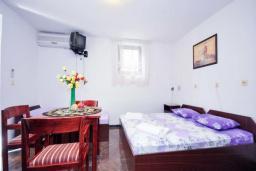 Спальня. Черногория, Бечичи : Апартамент с двумя спальнямии и террасой на первом этаже
