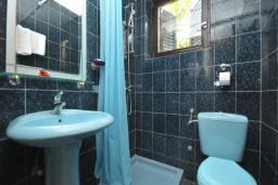Ванная комната. Черногория, Бечичи : Апартамент с двумя спальнямии и террасой на первом этаже