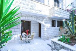 Терраса. Черногория, Бечичи : Апартамент с двумя спальнямии и террасой на первом этаже