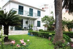 Фасад дома. Черногория, Игало : Дом с шикарным зелёным садом с гостиной,  с 4-мя спальнями, 4-мя ванными комнатами,  с кухней, стиральной машинкой, Wi-Fi, расположен на самом берегу моря в Игало, на территории дома лежаки, барбекю.