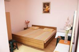 Спальня 2. Черногория, Игало : Дом с шикарным зелёным садом с гостиной,  с 4-мя спальнями, 4-мя ванными комнатами,  с кухней, стиральной машинкой, Wi-Fi, расположен на самом берегу моря в Игало, на территории дома лежаки, барбекю.