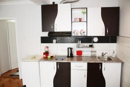 Кухня. Черногория, Игало : Дом с шикарным зелёным садом с гостиной,  с 4-мя спальнями, 4-мя ванными комнатами,  с кухней, стиральной машинкой, Wi-Fi, расположен на самом берегу моря в Игало, на территории дома лежаки, барбекю.