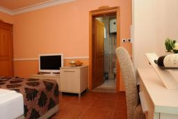 Спальня. Черногория, Бечичи : Двухместный номер с балконом