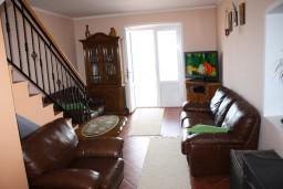 Гостиная. Черногория, Обала Джурашевича : Апартамент для 6 человек с двумя отдельными спальнями с балконом и видом на море
