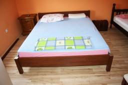 Спальня. Черногория, Обала Джурашевича : Апартамент для 6 человек с двумя отдельными спальнями с балконом и видом на море