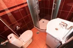 Ванная комната. Черногория, Бечичи : Уютная студия в Бечичи в 150 метрах от моря