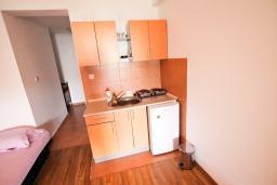 Кухня. Черногория, Бечичи : Уютная студия в 150 метрах от моря