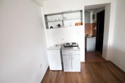 Кухня. Черногория, Бечичи : Уютная студия для 2-3 человек