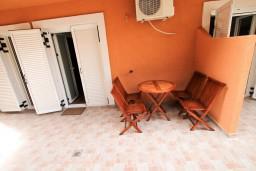 Терраса. Черногория, Бечичи : Уютный апартамент с отдельной спальней в 150 метрах от моря