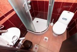 Ванная комната. Черногория, Бечичи : Уютная студия для 2 человек, с балконом с видом на море