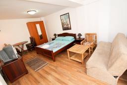 Гостиная. Черногория, Бечичи : Уютный апартамент с отдельной спальней в 150 метрах от моря