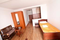 Студия (гостиная+кухня). Черногория, Бечичи : Уютная студия в Бечичи с балконом с видом на море