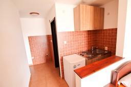 Кухня. Черногория, Бечичи : Уютная студия в Бечичи с балконом с видом на море