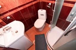Ванная комната. Черногория, Бечичи : Уютная студия в Бечичи с балконом с видом на море
