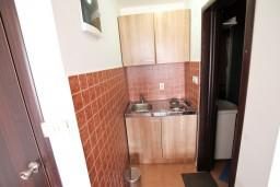 Кухня. Черногория, Бечичи : Уютная студия с балконом с видом на море