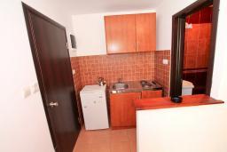 Кухня. Черногория, Бечичи : Уютный апартамент с отдельной спальней в 150 метрах от моря