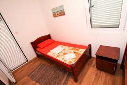 Спальня. Черногория, Бечичи : Уютный апартамент с отдельной спальней в 150 метрах от моря