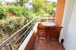 Балкон. Черногория, Бечичи : Уютный апартамент с отдельной спальней в 150 метрах от моря