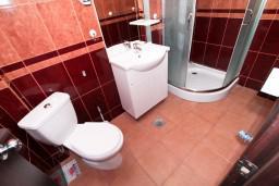 Ванная комната. Черногория, Бечичи : Уютная студия с балконом с видом на море