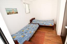 Спальня 2. Черногория, Бечичи : Апартамент для 9-10 человек, с 3 отдельными спальнями, с гостиной, комнаты объединены общим приватным двориком-террасой со своей жаровней