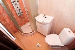 Ванная комната. Черногория, Бечичи : Апартамент для 9-10 человек, с 3 отдельными спальнями, с гостиной, комнаты объединены общим приватным двориком-террасой со своей жаровней
