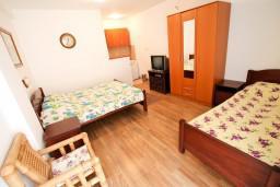 Спальня 3. Черногория, Бечичи : Апартамент для 9-10 человек, с 3 отдельными спальнями, с гостиной, комнаты объединены общим приватным двориком-террасой со своей жаровней